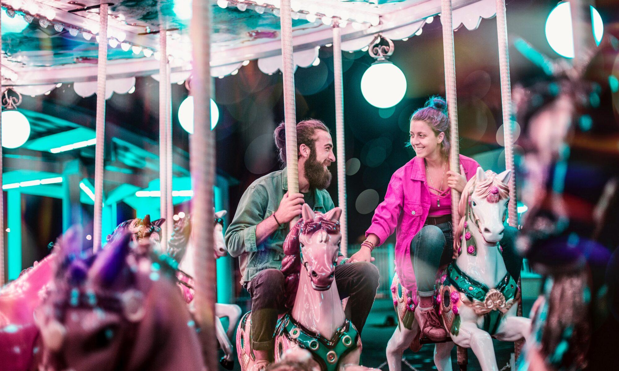 Verliebtes Paar auf dem Karusell