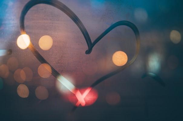 gemaltes Herz auf angelaufener Scheibe